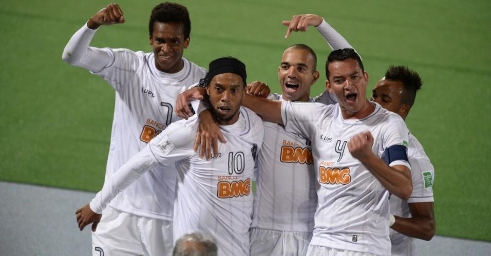 Jogadores do Atlético-MG comemoram gol marcado por Ronaldinho (18.dez.2013)