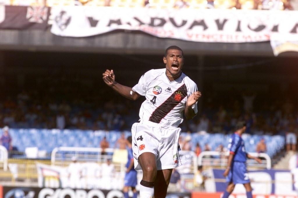 Junior Baiano comemora gol na vitória do Vasco sobre o São Caetano que rendeu título da João Havelange