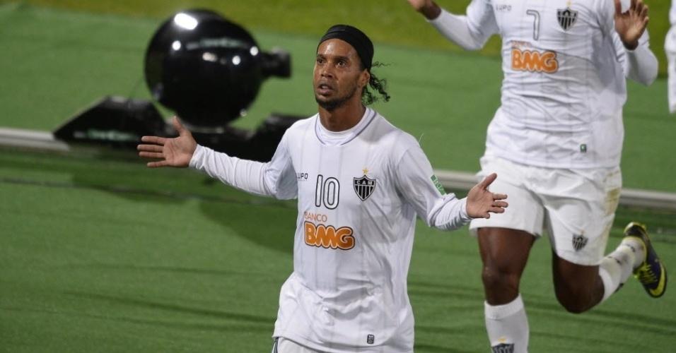 Ronaldinho Gaúcho comemora depois de empatar de falta para o Atlético-MG (18.dez.2013)