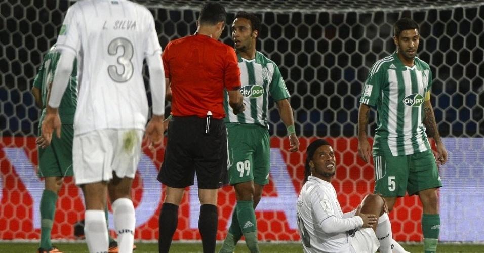 Ronaldinho Gaúcho fica no chão e reclama após sofrer falta (18.dez.2013)