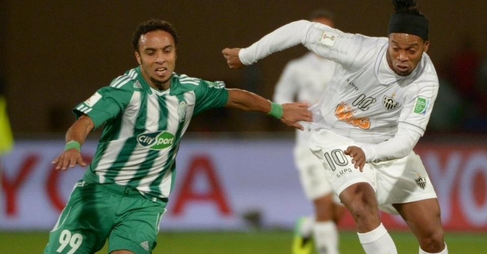 Ronaldinho Gaúcho tem a camisa puxada durante a partida entre Atlético-MG e Raja Casablanca (18.dez.2013)