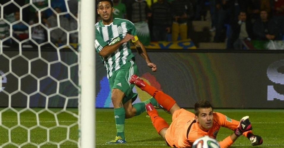 Victor observa a bola passar rente a trave durante partida entre Atlético-MG e Raja (18.dez.2013)