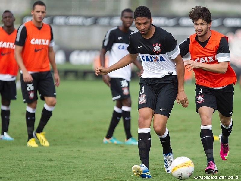 Atacante colombiano Riascos (à esquerda, atrás de Renato Augusto) durante treino do time principal do Corinthians