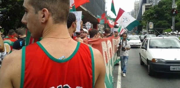 Torcedores participam de protesto contra o rebaixamento da Portuguesa na Avenida Paulista