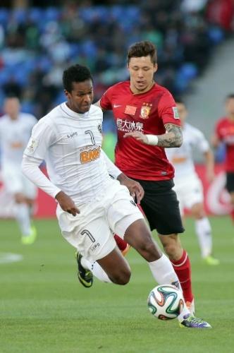 Jô tenta escapar da marcação de Zhang Linpeng, do Guangzhou Evergrande (21.dez.2013)