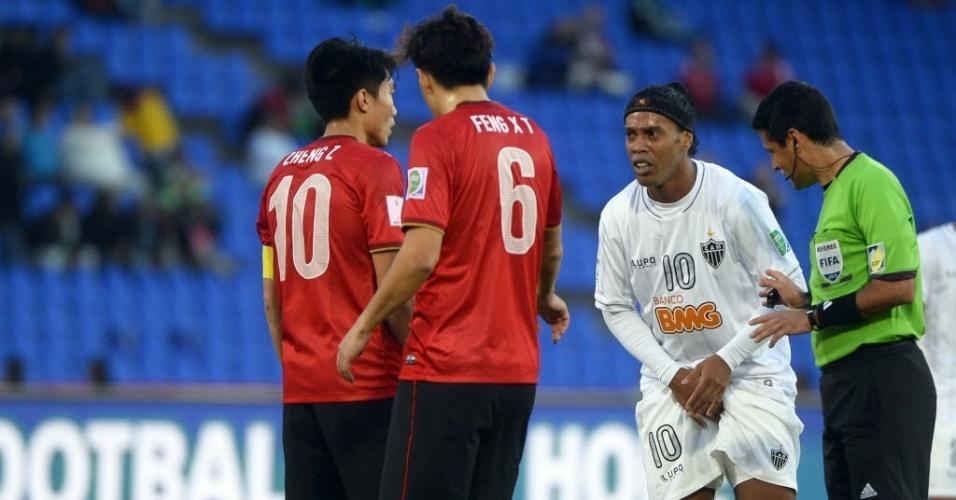 Ronaldinho Gaúcho reclama de falta após ser atingido (21.dez.2013)