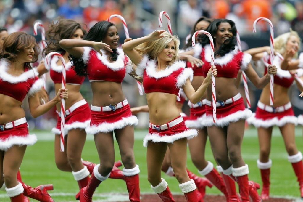 Cheerleaders entram no espírito natalino durante jogo de futebol americano