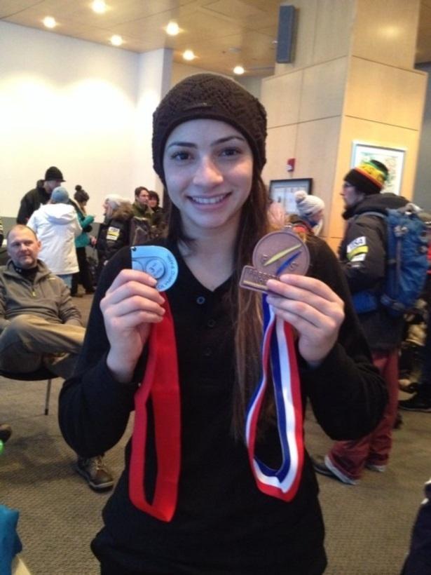 Lais Souza exibe medalha de bronze no esqui aéreo