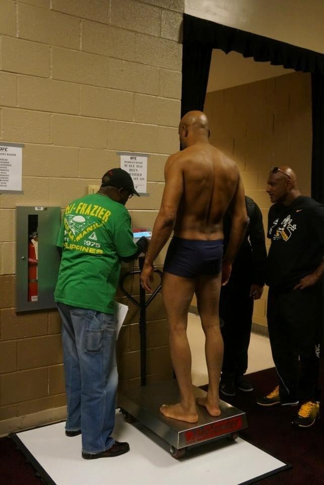 Anderson Silva em pesagem antes do UFC 168