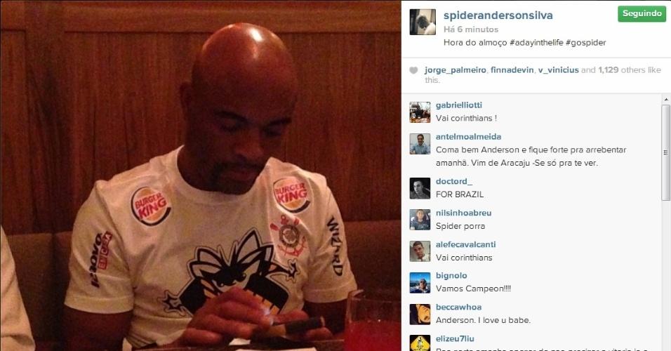 Após pesagem, Anderson Silva se prepara para refeição