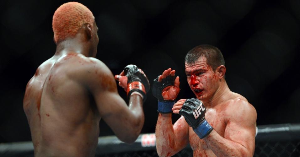28.dez.2013 - Bobby Voelker exibe forte sangramento durante luta contra William Patolino pelo UFC 168. Brasileiro venceu a luta por decisão unânime