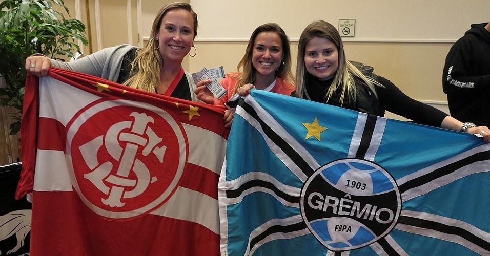 28.dez.2013 - Brasileiras exibem as bandeiras de Internacional e Grêmio antes do início do UFC 168, em Las Vegas