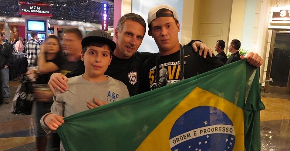 28.dez.2013 - Família de leva a bandeira do Brasil para assistir o UFC 168 em Las Vegas