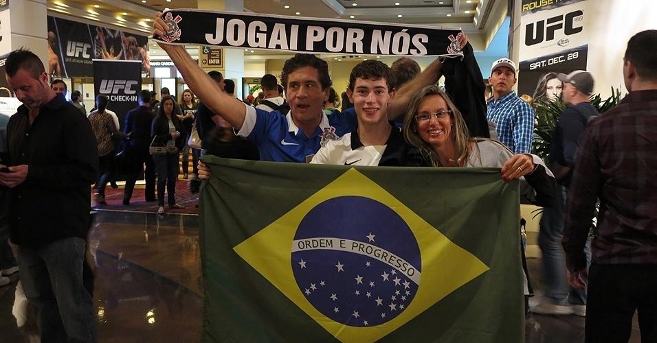 28.dez.2013 - Família leva bandeira do Brasil e vai com o uniforme do Corinthians para assistir a revanche entre Anderson Silva e Chris Weidman