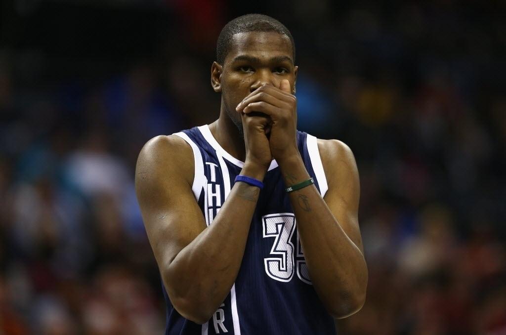 28.dez.2013 - Kevin Durant gesticula durante vitória do Oklahoma City Thunder sobre o Charlotte Bobcats