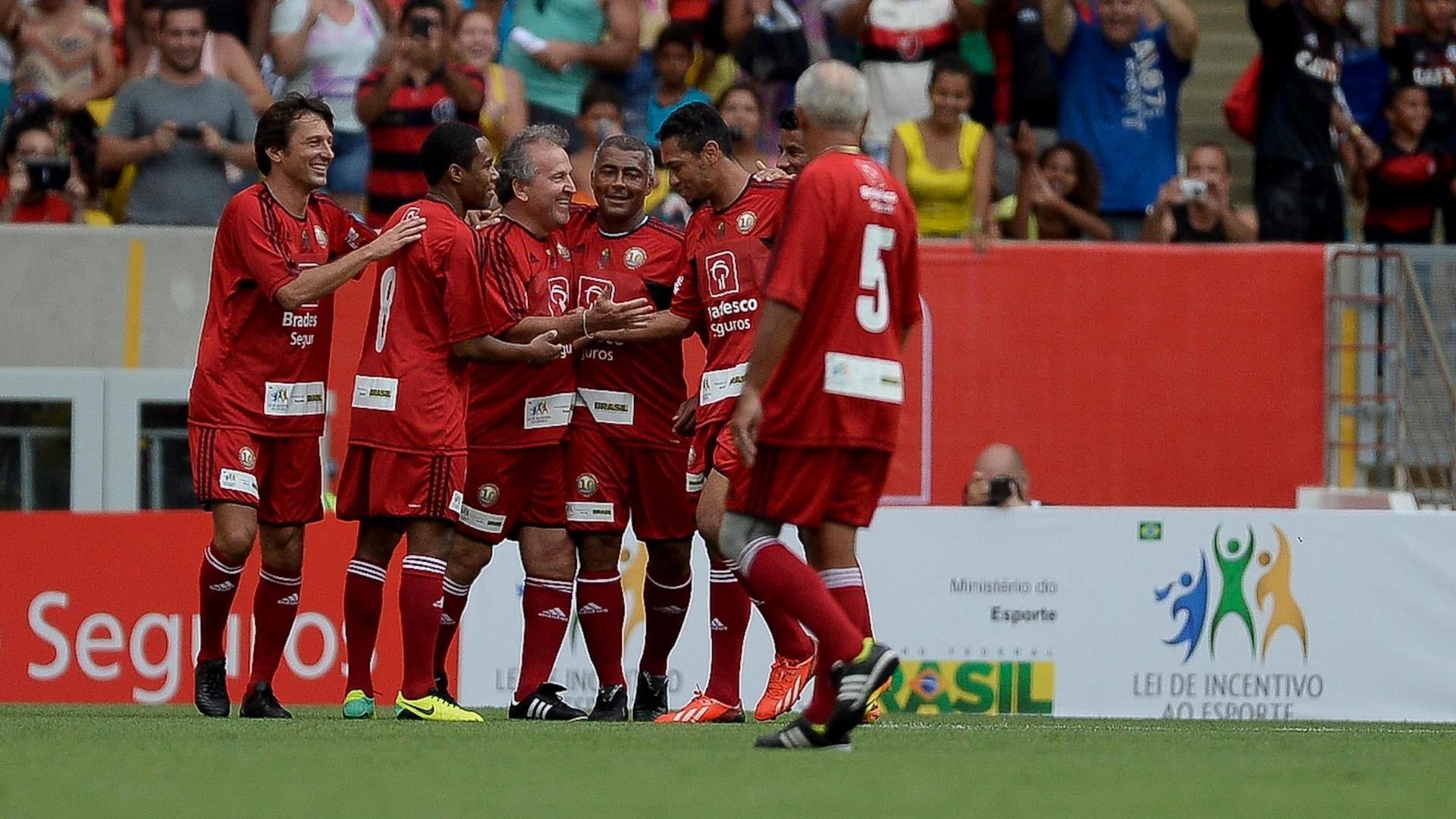 28.dez.2013 - Zico comemora com Leonardo, Elias, Romário, Hernane, Junior e Léo Moura no Jogo das Estrelas, no Maracanã