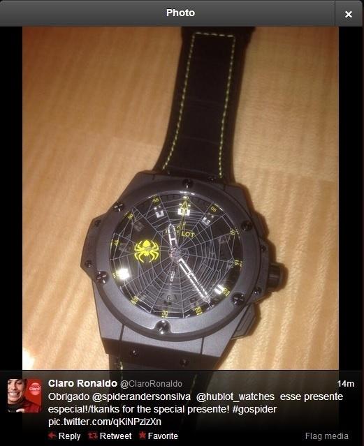 O ex-jogador de futebol Ronaldo postou neste sábado a foto de um presente que ganhou de Anderson Silva, um relógio personalizado do lutador de MMA