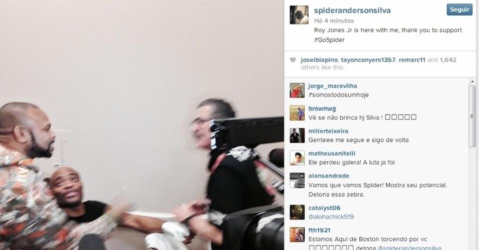 28.dez.2013 - Anderson Silva sorri enquanto sua atadura para a luta contra Chris Weidman é feita