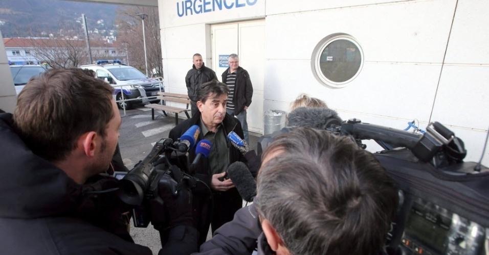 29.dez.2013 - Diretor do hospital concede entrevista sobre Michael Schumacher, que sofreu acidente de esqui