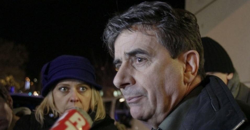 29.dez.2013 - Jean Marc Grenier, diretor do hospital onde Schumacher está internado, conversa com a imprensa em Grenoble, na França