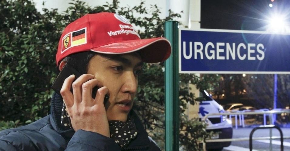 29.dez.2013 - Fã de Schumacher aguarda novidades sobre o estado de saúde do piloto na frente de hospital em Grenoble, na França