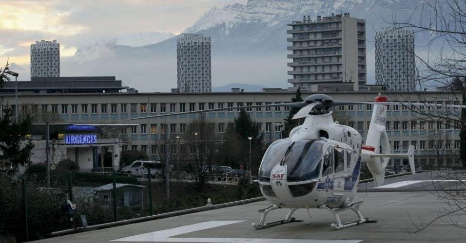 29.dez.2013 - Michael Schumacher foi levado de helicóptero após sofrer acidente. O alemão foi transferido para um hospital em Grenoble, na França