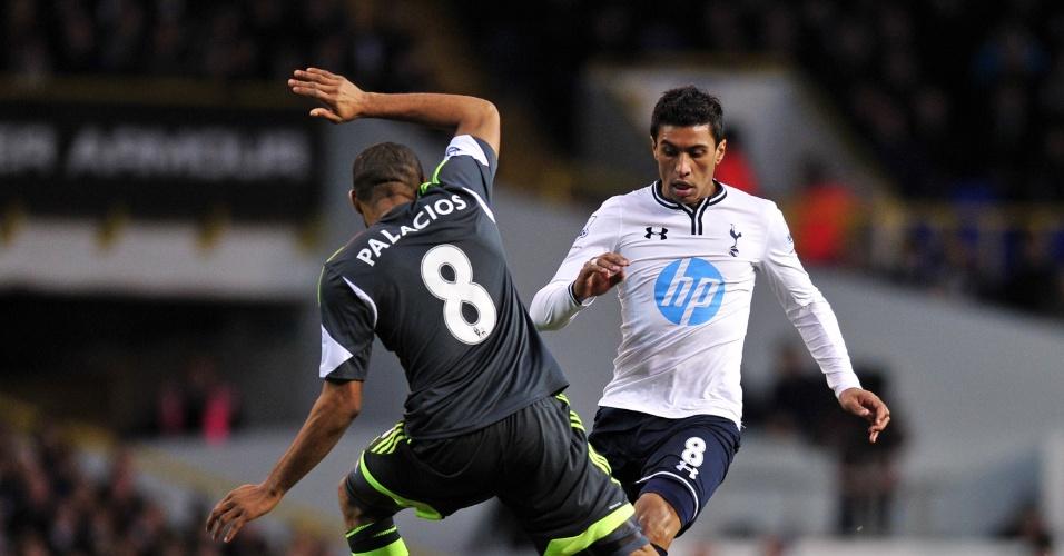 29.dez.2013 - O hondurenho Wilson Palacios, do Stoke City, tenta parar a jogada de Paulinho, do Tottenham, pelo Campeonato Inglês