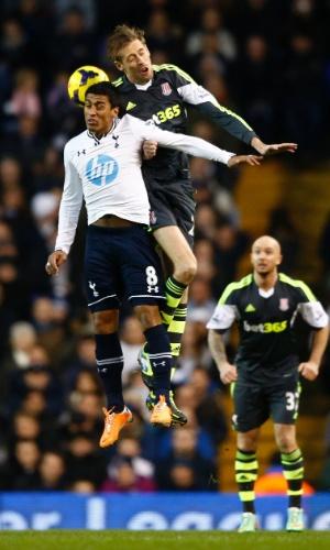 29.dez.2013 - Paulinho sobe para cabecear e disputa bola com Peter Crouch, no jogo entre Tottenham e Stoke City, pelo Campeonato Inglês