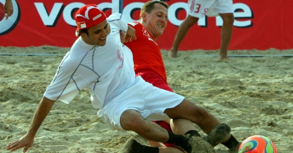 30. dez. 2013 - Schumacher em dividida com Felipe Massa no futebol de areia