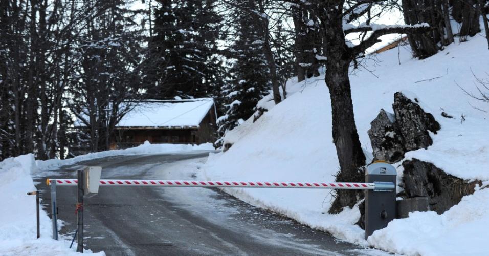 30.dez.2013 - Entrada privada da estação de esqui no resort de Meribel, onde Schumacher mantém um chalé