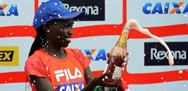 Queniana Nancy Kripon comemora no pódio a conquista do primeiro lugar na São Silvestre 2013
