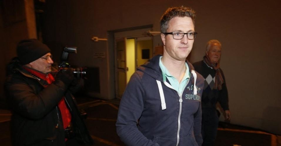 02.jan.2014 - Acompanhado do pai, Ralf Schumacher visita o irmão Michael no hospital em Grenoble, na França