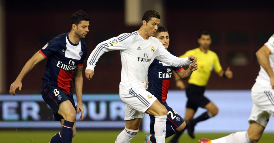 02.jan.2014 - Cristiano Ronaldo dribla adversários do PSG