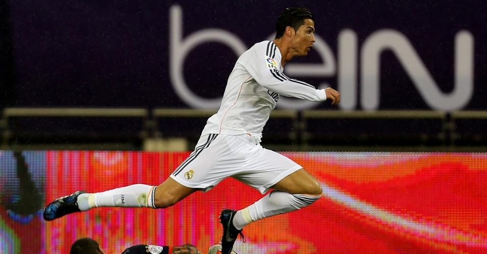 02.jan.2014 - Cristiano Ronaldo recebe dura marcação durante o amistoso entre Real Madrid e PSG