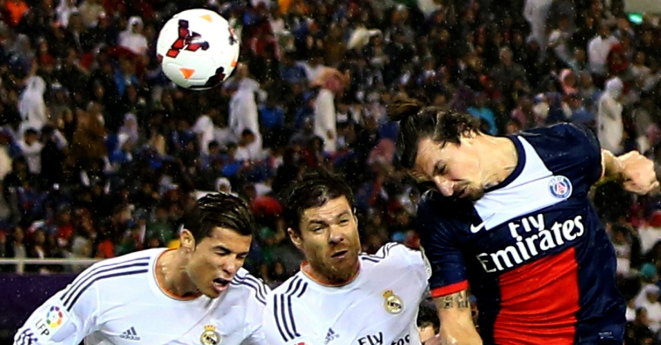 02.jan.2014 - Duelo de craques: Cristiano Ronaldo, Xabi Alonso e Ibrahimovic brigam para cabecear a bola durante amistoso