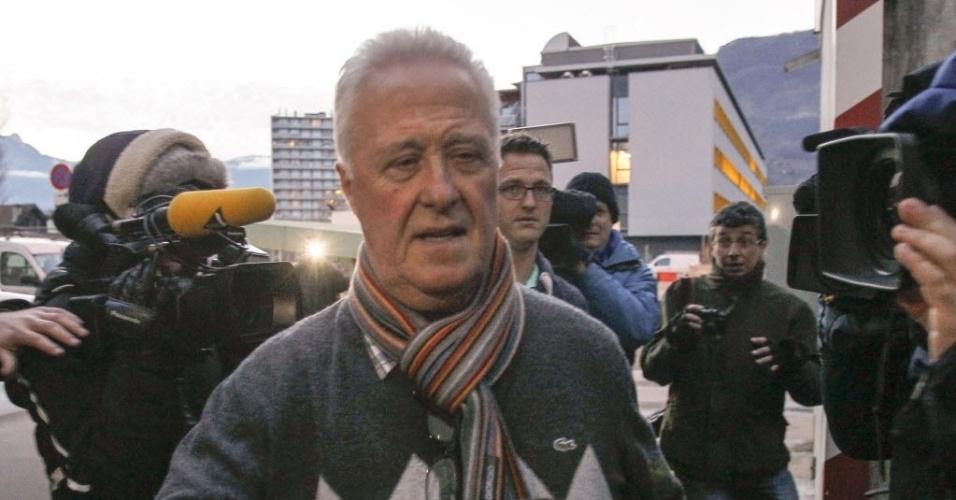 02.jan.2014 - Pai de Michael Schumacher visita o filho Michael, que continua em coma induzido em hospital na França