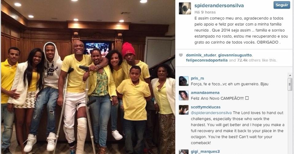 De muletas e ao lado da família, Anderson posta 1ª foto após a lesão