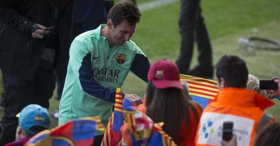 03.jan.2014 - Atencioso, Messi atende a fãs no Miniestadi, em Barcelona