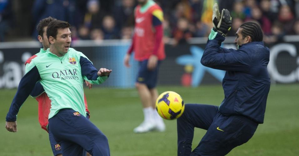 03.jan.2014 - Messi e José Manuel Pinto durante o treino de portas abertas do Barcelona