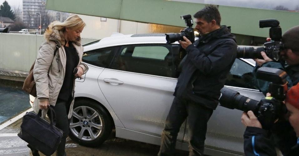3. jan. 2014 - A assessora de Michael Schumacher, Sabine Kehm chega ao hospital de Grenoble nesta sexta-feira e logo é abordada por fotógrafos e jornalistas