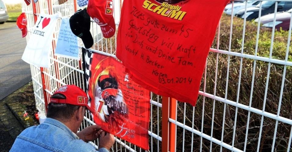 3. jan. 2014 - Fãs deixam mensagens de apoio e amor para Michael Schumacher em frente ao centro de cart do piloto na cidade de Kerpen, na Alemanha