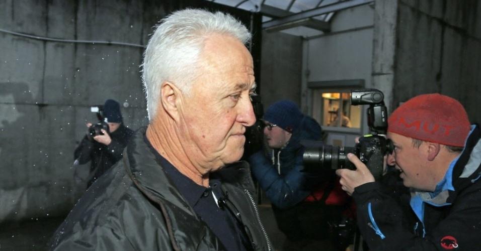 3. jan. 2014 - Rolf Schumacher, pai de Michael Schumacher, chega ao hospital de Grenoble nesta sexta-feira, dia do aniversário de 45 anos do ex-piloto