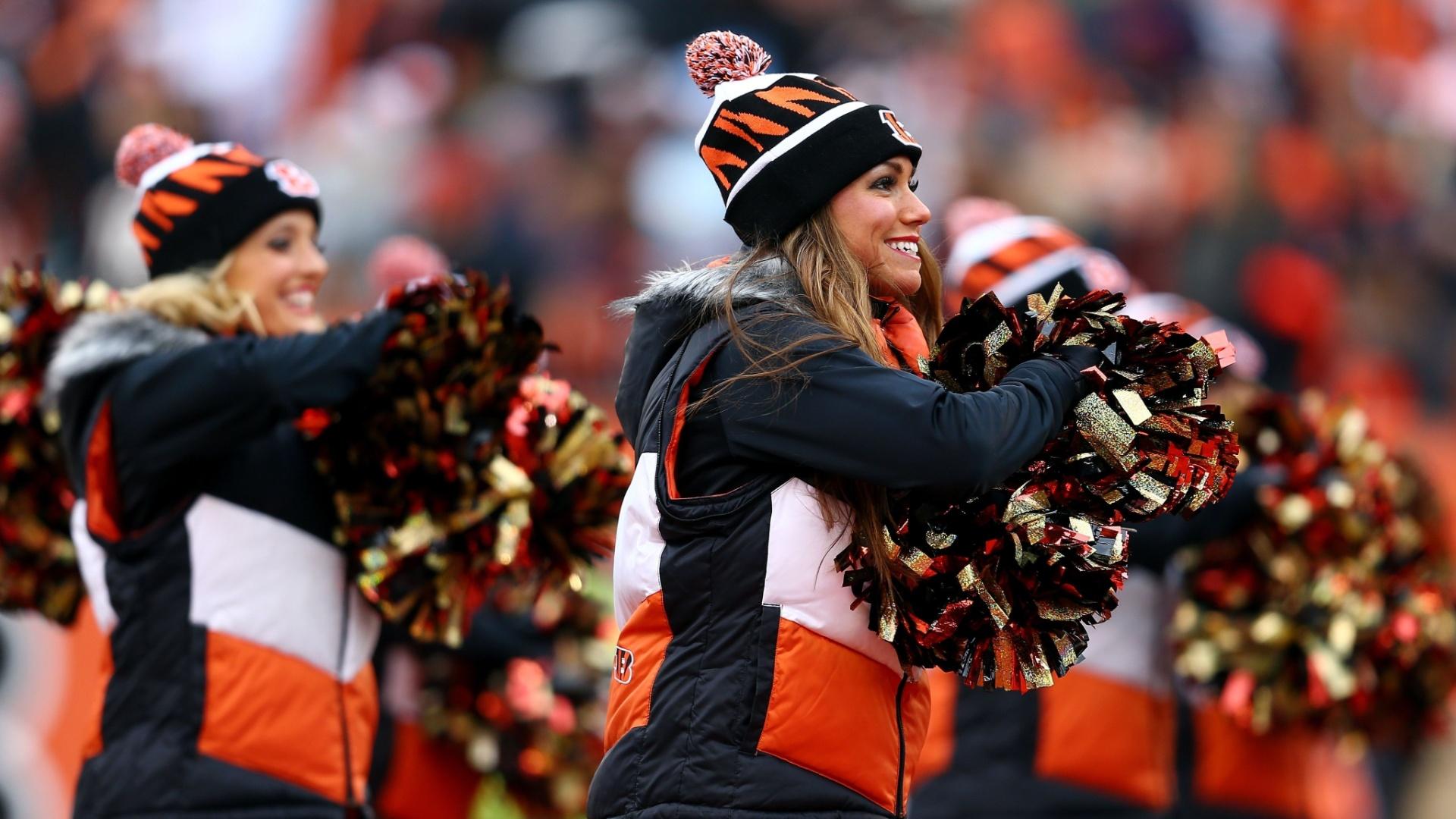 05.jan.2014 - Cheerleaders do Cincinnati Bengals usaram muito mais roupas do que o normal para fazer suas coreografias em rodada gelada da NFL
