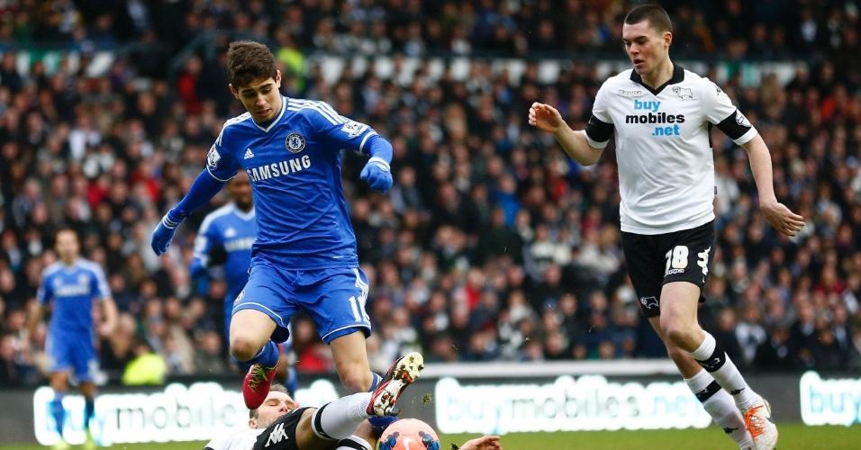 5.jan.2014 - Meia Oscar tenta escapar da marcação de John Eustace durante partida entre Chelsea e Derby County pela Copa da Inglaterra