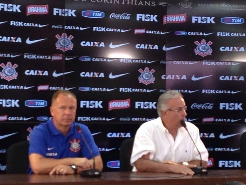 06.jan.2013 - Técnico Mano Menezes é apresentado ao lado do diretor de futebol do Corinthians Roberto de Andrade