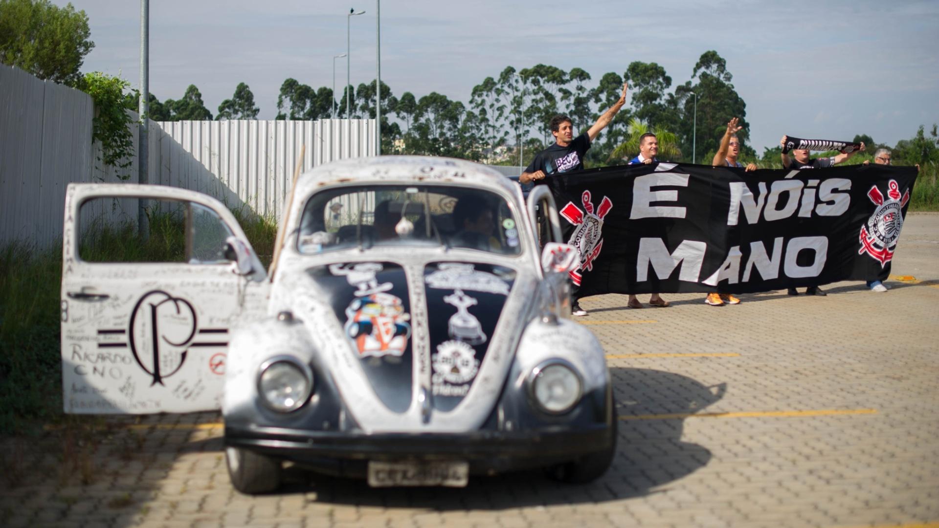 06.jan.2013 - Torcedores do Corinthians levam fusca estilizado e faixa em homenagem a Mano Menezes na apresentação do técnico no clube