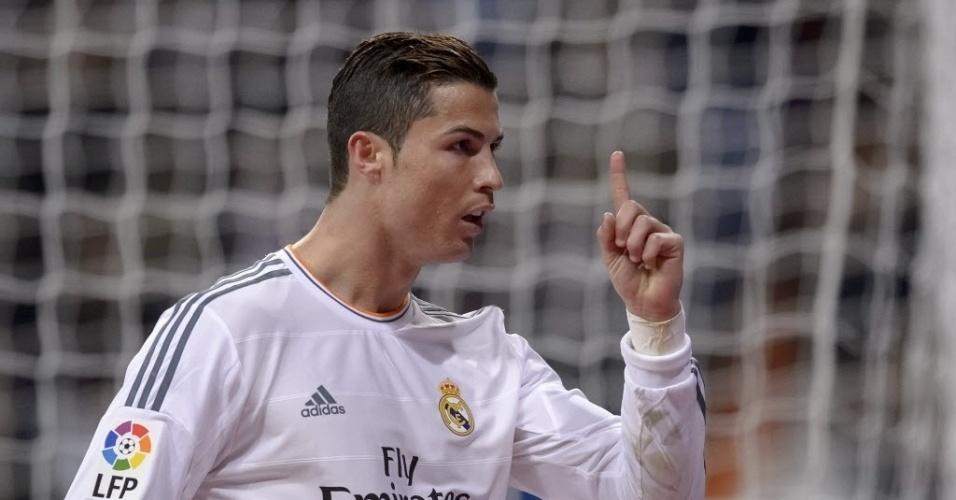 06.jan.2014 - Cristiano Ronaldo comemora após marcar seu segundo gol na vitória por 3 a 0 do Real Madrid sobre o Celta