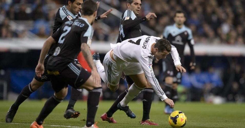 06.jan.2014 - Cristiano Ronaldo, do Real Madrid, é derrubado pela defesa do Celta na partida válida pelo Campeonato Espanhol
