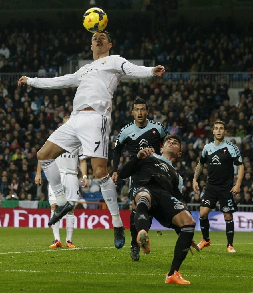 06.jan.2014 - Cristiano Ronaldo tenta dominar a bola dentro da área na partida entre Real Madrid e Celta, pelo Campeonato Espanhol