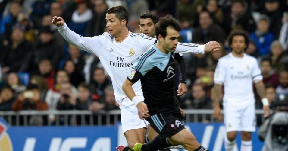 06.jan.2014 - Defesa do Celta tenta acompanhar Cristiano Ronaldo, do Real Madrid, na partida pelo Campeonato Espanhol